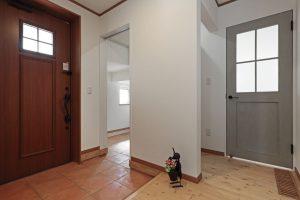写真:暮らしを踏まえた2ウェイ玄関と小あがり【江別市・S邸】(3)