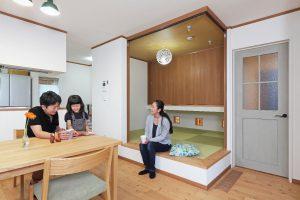 写真:暮らしを踏まえた2ウェイ玄関と小あがり【江別市・S邸】(2)