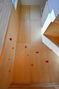 写真:ボルダリングを楽しむ吹抜けの家【札幌市 Kさま邸】(3)
